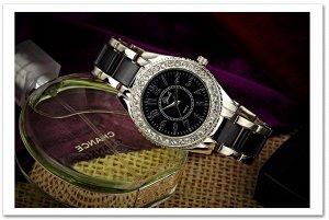Женские часы на среднюю руку.