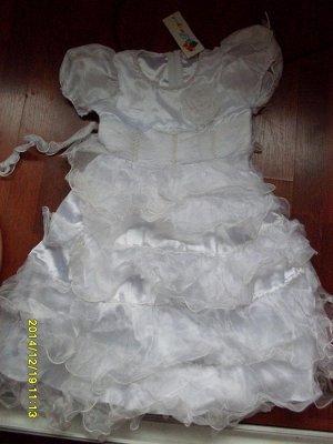 Нарядное платье с оборками белое