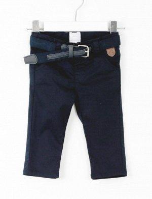 Брюки Темно-синие хлопковые брюки-чиносы. Два передних кармана и невидимые задние карманы с застежкой на пуговицы. Темно-синий ремень с серебряной металлической пряжкой. Эластичный пояс с внутренней п