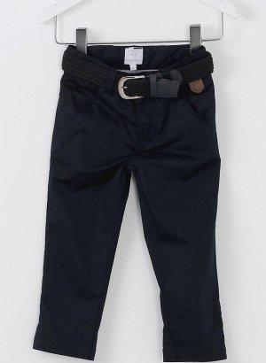 Брюки Темно-синие хлопковые брюки-чиносы. Двойные передние карманы и невидимые задние карманы с застежкой на пуговицы. В комплекте темно-синий ремень с серебряной металлической пряжкой.