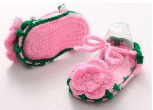Пинетки-босоножки вязаные розовые на завязках и большим цветком