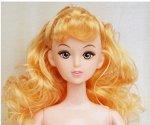 Кукла без одежды с распущенными желтоватыми волнистыми волосами