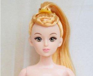 Кукла без одежды с желтоватыми волосами, собранными в хвост с косой