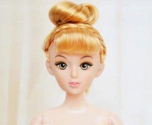Кукла без одежды с желтоватыми волосами, закрученными в пучок