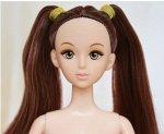 Кукла без одежды с темными волосами, связанными в два хвостика