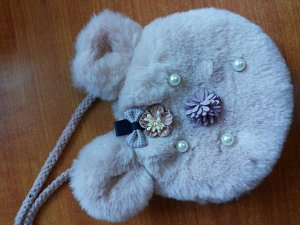 Меховая жилетка с капюшоном и сумочкой