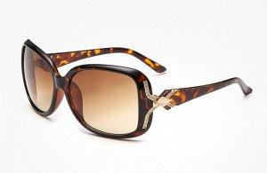 Солнцезащитные очки коричнево-леопардовые с ромбовидным камнем на дужке
