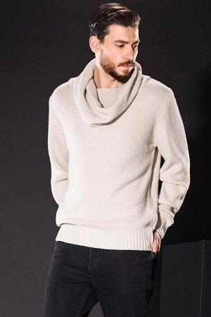 Бежевый свитер с воротом-хомутом