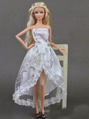 Платье белое с неровным краем юбки