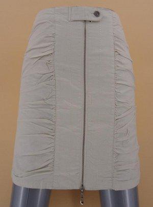 Юбка Материал хлопок-стрейч отлично сидит, создает комфорт. Прямой крой с комфортной высотой талии, два накладных кармана и шлица на заднем полотнище. Вертикальная двухсторонняя застежка-молния на лиц
