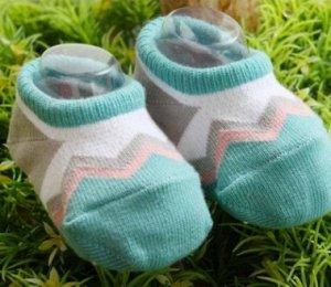 Носочки коротенькие зелено-белые с розовыми зигзагами