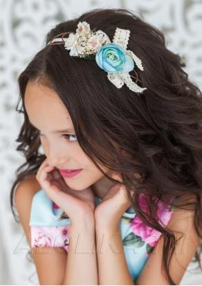 Ободок Описание: Ободок с белой лентой на ободке, украшен цветами.
