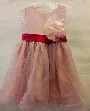 Платье дымчато-розовое с красным поясом