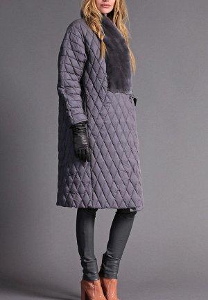 Полупальто *Расклешеное пуховое пальто в ромбовидную стежку, средней длины. Рукав-реглан декорирован контрастными по цвету лампасами из стриженного рэкса. Спереди - прорезные карманы на молнии. Ткан19
