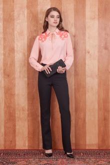 блуза Блуза прямого покроя из однотонной ткани с крупнозернистой шероховатой фактурой. Детали: отложной воротник на стойке; длинный рукав на манжете; вырез горловины «капля», на завязках; декоративная