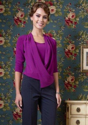 Блуза Красивая женская блузка из  качественной поливискозной ткани, свободного  силуэта, полочка  с драпировкой «качели» с запахом, без застежки, без   воротника,  рукава втачные одношовные длиной 3/4