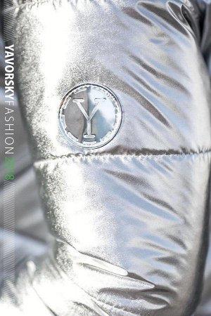 куртка Наша двубортная новинка имеет два рабочих кармана и оригинальный яркий поясок на спине . Модель застегивается на блестящие кнопки подобранные в цвет ткани. Материал: перламутровая плащевка, уте