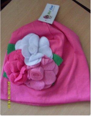 Трикотажная шапка с цветочками