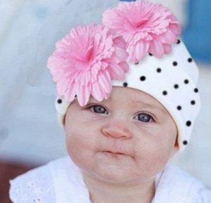 Трикотажная шапка в горох с цветами белая