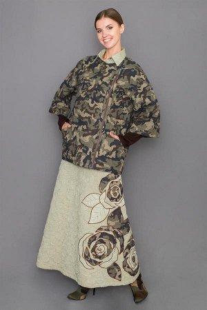 Куртка Куртка женская в стиле милитари выполнена из натурального вологодского льна в цвете камуфляж. Имеет рукав 3/4, застежку на молнии с боку, два кармана. Куртка прилегающего силуэта, без воротника