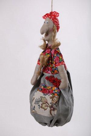 Баба-Яга Высота изделия60-62 см. Состав: Лен 100% Вашему вниманию предлагается добрая и милая кукла, несущая тепло и уют в каждый дом! Это удобный и функциональный контейнер для хранения полиэтиленов