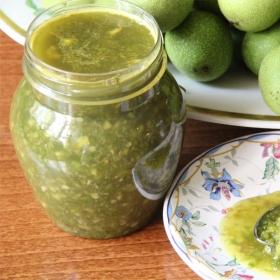 Зелёные грецкие орехи на меду