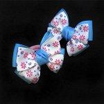 Бант для волос Малышка голубой с белым в цветочек резинка