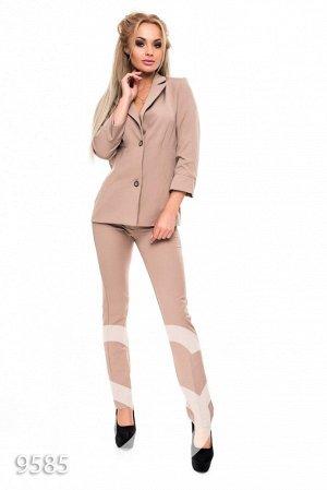 Бежевый офисный костюм из длинного пиджака и брюк