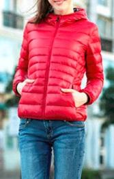 Яркая куртка с капюшоном