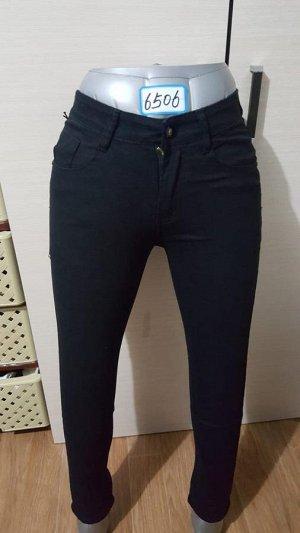Обычные джинсы черного цвета.