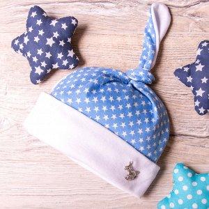 Шапка трикотажная в звездочку с отворотом и значком, один узелок, бело-голубая