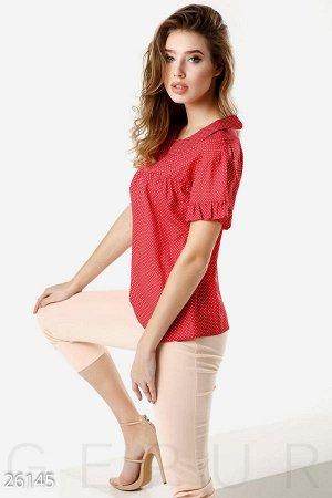 Блуза Короткая летняя блуза в горошек, дополненная рюшами на рукавах и аккуратным отложным воротником.