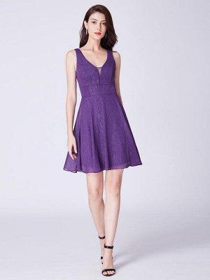 Фиолетовое короткое коктейльное платье с глубоким V-образным вырезом
