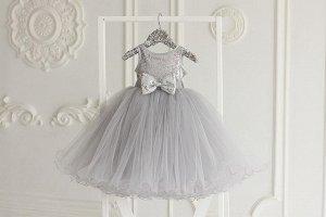 Платье Шикарное платье в пол с пышнейшей фатиновой юбкой, топом и бантиком из пайеток и нежнейшим вырезом на спинке.   Только ручная стирка.  Материал верха: 100% нейлон Материал подклада: 100% хлопок