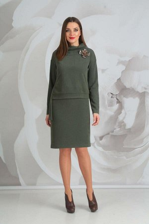 Платье Платье Golden Valley 4520 олива  Состав ткани: ПЭ-46%; ПАН-54%;  Рост: 170 см.  Платье с цельнокроеным воротником-стойкой, двуслойное. Верхняя часть платья отлетная. По переду отлетной детали