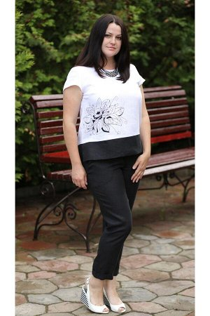 Блуза ОПИСАНИЕ Удобная и элегантная блуза прямого силуэта. На правой нижней части передней половинки расположен вензельный цветок, что придает модели оригинальность и нарядный внешний вид. По боковым