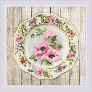 0075 РТ Тарелка с розовыми маками. Гладь. Частичная вышивка