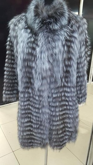 Пальто Пальто на вязанной основе из меха чернобурой лисы.  Прямой силуэт. Рукав 3/4 Воротник-стойка. Застежка на кнопках.  Длина изделия 80см.