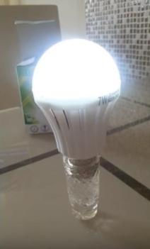 LED-лампа с батареей, работающая автономно