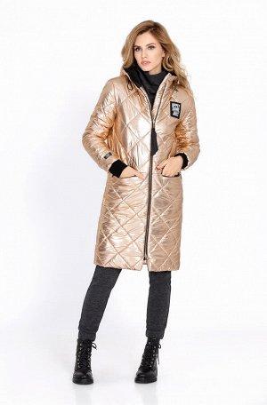 Куртка Куртка Pirs 608 Состав ткани: ПЭ-100%; Удлиненная стеганая куртка прямого силуэта, утепленная синтепоном. Детали: застежка на металлическую молнию, втачной капюшон на подкладке контрастного цве