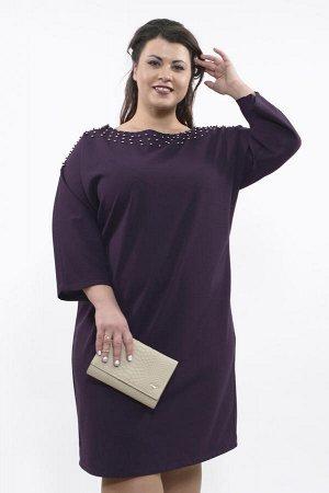 Платье Платье;Креп; Цвет: Фиолетовый Платье с бусинками на вороте баклажан Платье свободного кроя из плотной эластичной ткани с круглым вырезом. Рукава реглан длиною ? придают образу легкости. Эффектн