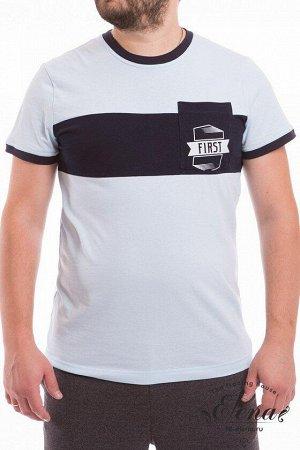 Футболка Мужская футболка с коротким рукавом выполнена из 100% хлопка двух цветов. Спереди на отделочной вставке расположен карман с принтом. По горловине и низу рукавов планки в цвет отделочного поло