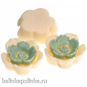 Цветочек из эпоксидной смолы, цвет ванильный с мелиссой, р-р 13х4.5мм
