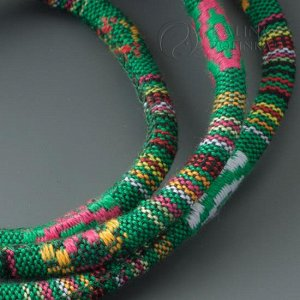 Шнур из ткани в индийском стиле, толщина 6мм, цвет микс на зеленом фоне.