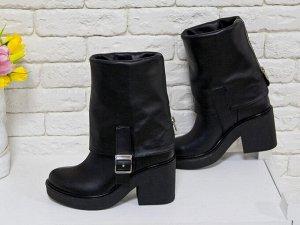 Высокие Ботиночки из плотной натуральной кожи черного цвета с широким отворотом и металлической молнией на устойчивом не высоком