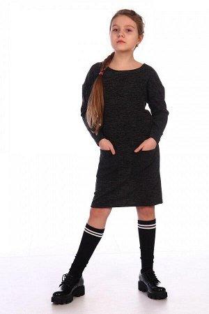 Платье Характеристики: Состав- пэ 100% Платье прямого силуэта с двумя накладными кармашками. Сзади вырез капелька, декорирован бархатными завязками.