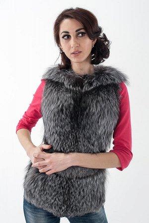 Жилет выполнен из меха чернобурой лисы. Длина изделия 65 см.