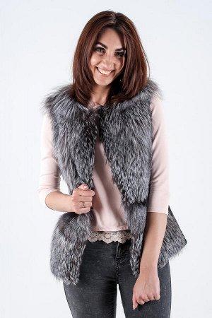 Жилет выполнен из меха чернобурой лисы и натуральной кожи Длина изделия 65 см.