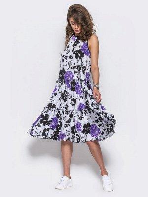 Платье Повседневное платье из хлопковой ткани в яркий цветочный принт. Горловина и пройма дополнены черной тесьмой. Застегивается на пуговицу по спинке.  Замеры изделия в 44 размере:  длина по спинке