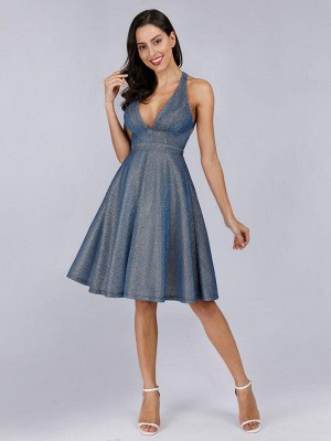 Шикарное короткое сексуальное коктейльное платье с v-образным вырезом без рукавов и  открытой спиной из блестящей ткани.